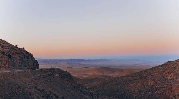 Carretera de montaña en marruecos. paisaje al atardecer vista del valle.