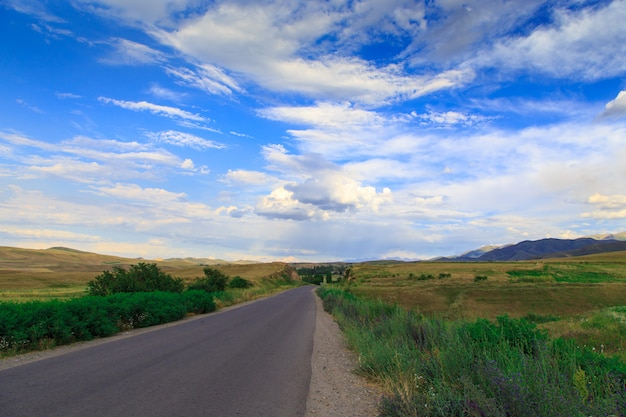 Carretera de montaña entre verdes colinas