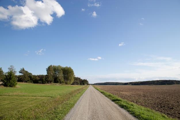 Carretera nacional con cielo azul.