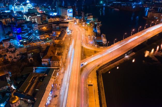 Carretera por la noche en ciudad moderna