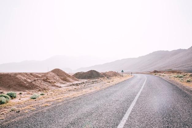 Carretera en paisaje de desierto en marruecos