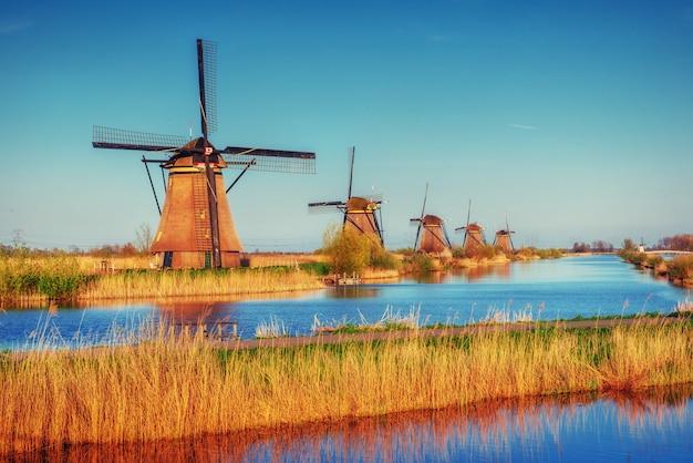 Carretera que conduce a los molinos de viento holandeses desde el canal