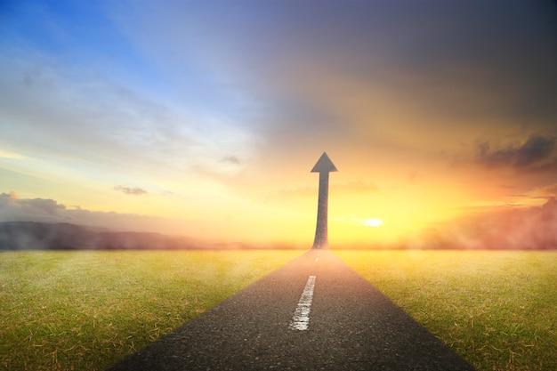 Carretera que sube como una flecha para el éxito.