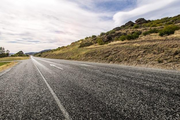 Carretera solitaria en el campo