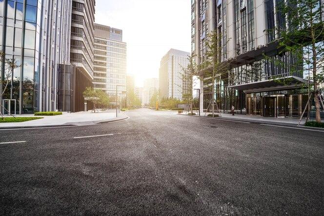 Carretera solitaria con edificios modernos