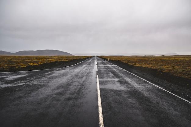 Carretera solitaria de islandia en territorio salvaje sin nadie a la vista