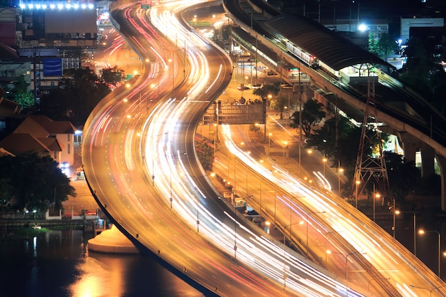 Carretera en tailandia. exposición prolongada del tráfico en movimiento
