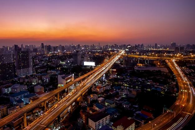 Carretera y tráfico principal en bangkok, tailandia