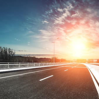 Carretera urbana al atardecer