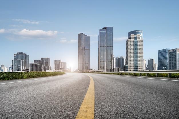 Carretera urbana y horizonte de shanghai bund