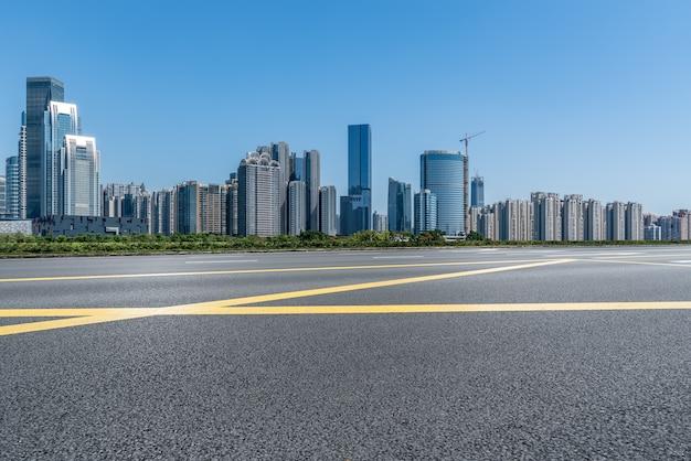 Carretera urbana moderna y horizonte de construcción