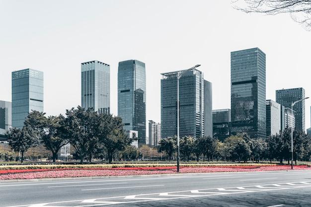 Carretera urbana y paisaje arquitectónico moderno.