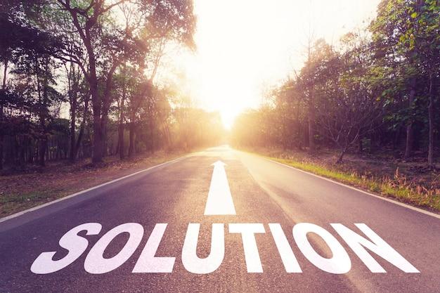 Carretera vacía de asfalto y concepto de solución.