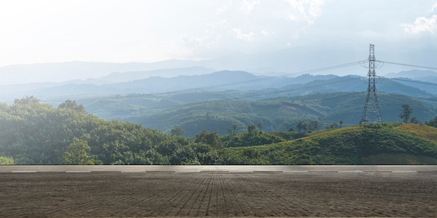 Carretera vacía carretera asfaltada y hermoso paisaje de montaña