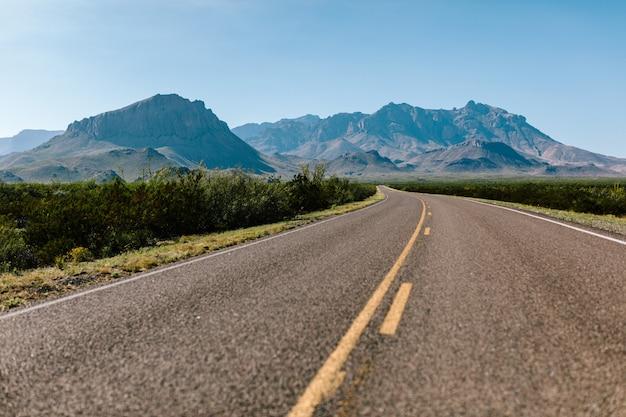 Carretera vacía en medio de la naturaleza.