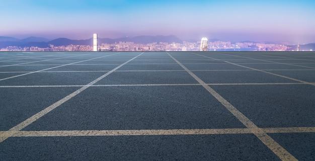 Carretera vacía con paisaje urbano de china