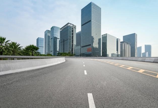 Carretera vacía con paisaje urbano y horizonte de shenzhen, china