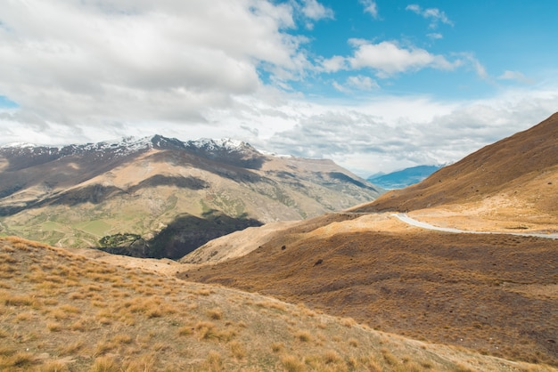 Carretera vacía recta que conduce al parque nacional aoraki-mount cook