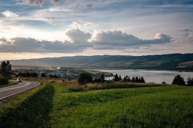 Carretera en el valle de la montaña en la mañana soleada en polonia