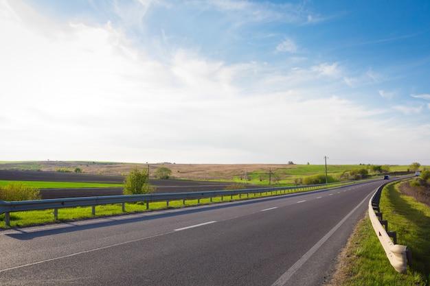 Carretera de velocidad a través del campo