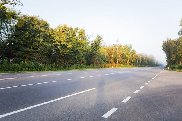 Carreteras de asfalto y montañas bajo el cielo azul