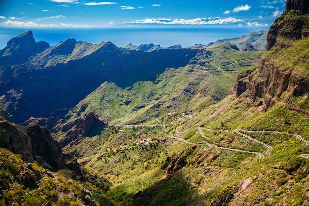 Carreteras sinuosas y montañas cerca de la aldea de masca, tenerife, islas canarias, españa