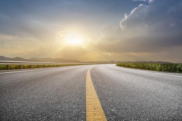 Carreteras vacías, tierra y cielo, nubes