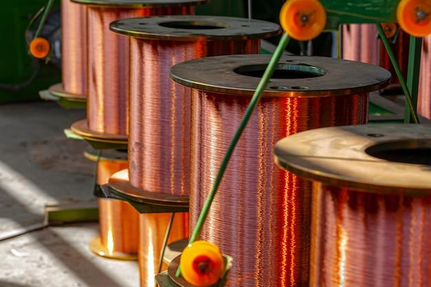 Carretes de alambre de cobre en fábrica de cable cerrar