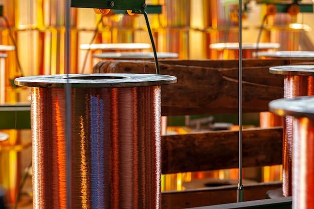 Carretes de alambre de cobre en fábrica de cables de cerca
