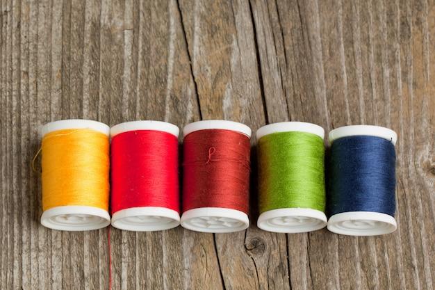 Carretes de hilos de colores.