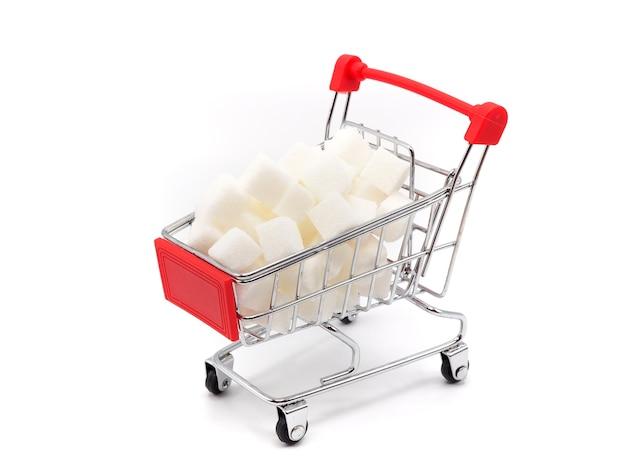 Carretilla con azúcar en el fondo blanco. concepto de estilo de vida saludable.