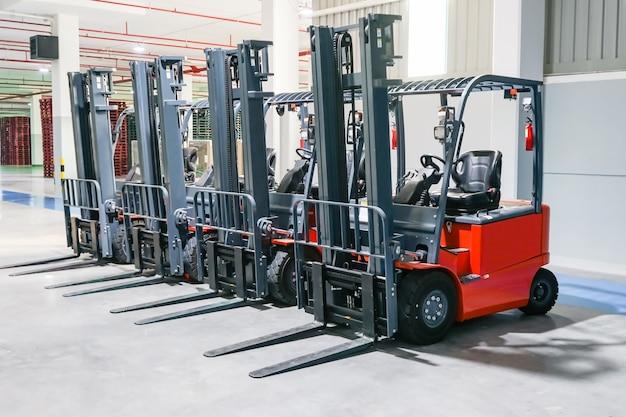 Carretilla elevadora cargadora apiladora de camiones en el almacén