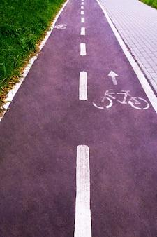Un carril bici en un parque público diseñado para garantizar la seguridad de una bicicleta. viraje