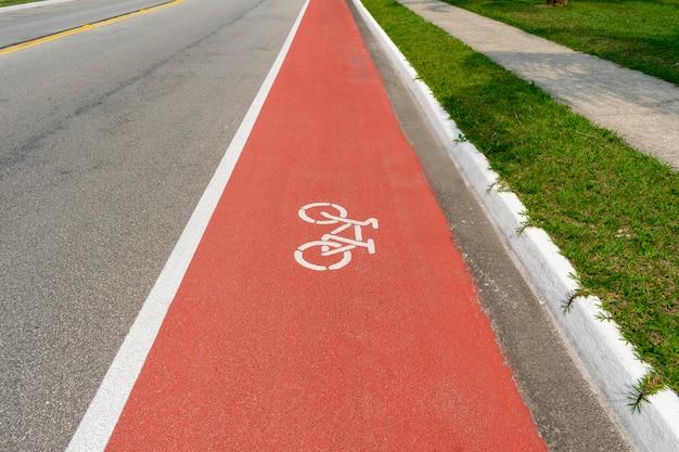 Carril bici con señalización de bicicletas en el suelo.