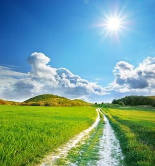 Carril de carretera y cielo azul profundo