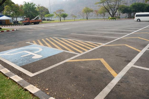 Carril de estacionamiento de estacionamiento vacío al aire libre en el parque.