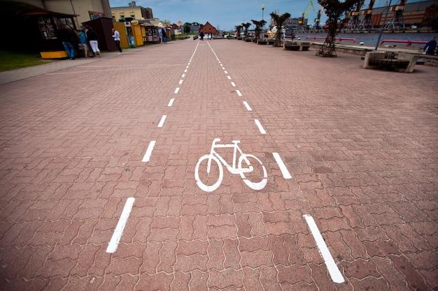 Carril de señalización de bicicletas en la ciudad. camino en bicicleta