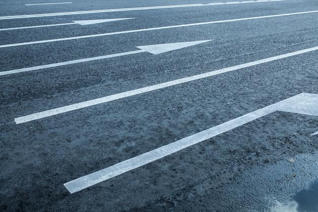 Carriles de carretera con marcas de flecha