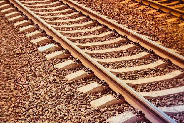 Carriles del ferrocarril ruso al atardecer. ferrocarril. carriles