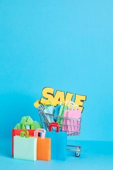 Carrito de la compra lleno de bolsas de papel concepto de adicción a las compras