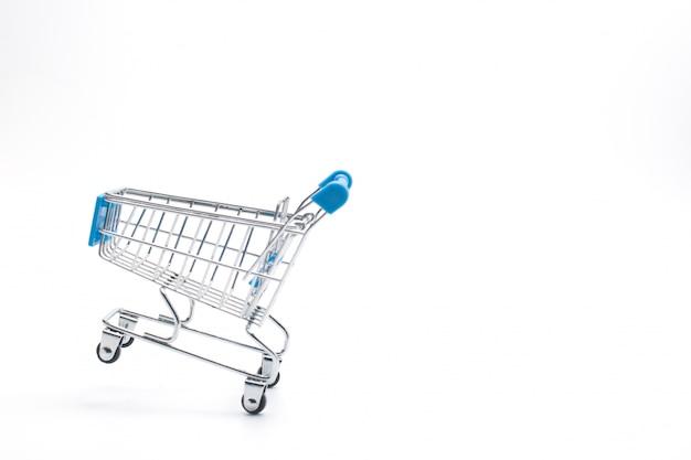 Carrito de compras aislado en blanco. mercado, venta y consumismo.
