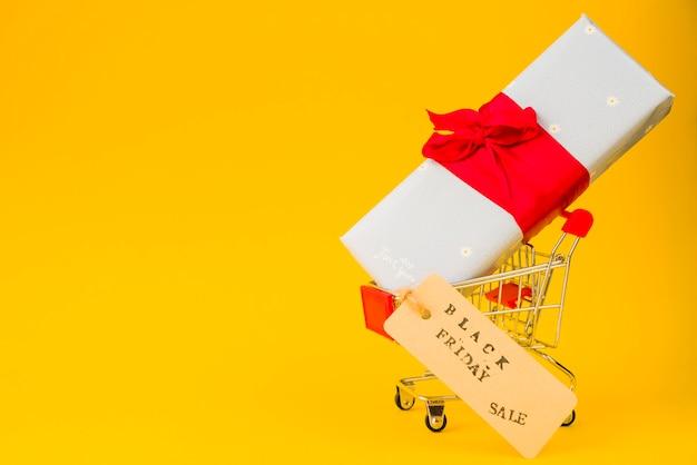 Carrito de compras con caja actual y etiqueta de venta.