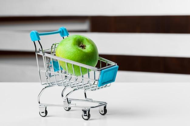 Carrito de compras de comestibles con comida de cerca