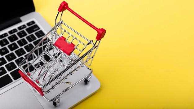 Carrito de compras en la parte superior de la computadora portátil