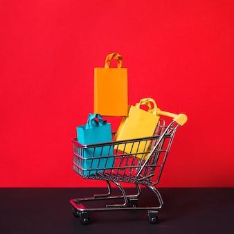 Carrito de compras y pequeños paquetes.