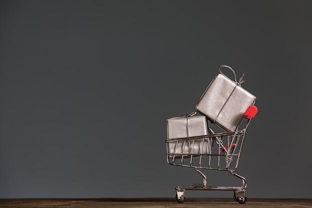 Carrito de compras con regalos. temporada de rebajas y descuentos.