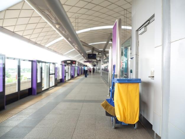 Carrito de herramientas de limpieza, espera de mucama o limpiador en el metro.
