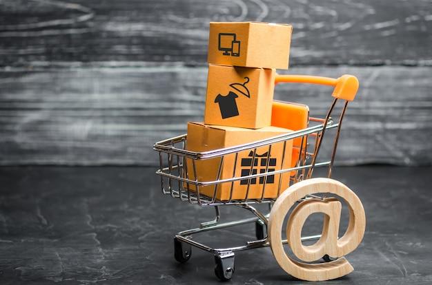 Carrito de supermercado con cajas, mercancía: el concepto de compra y venta de productos.