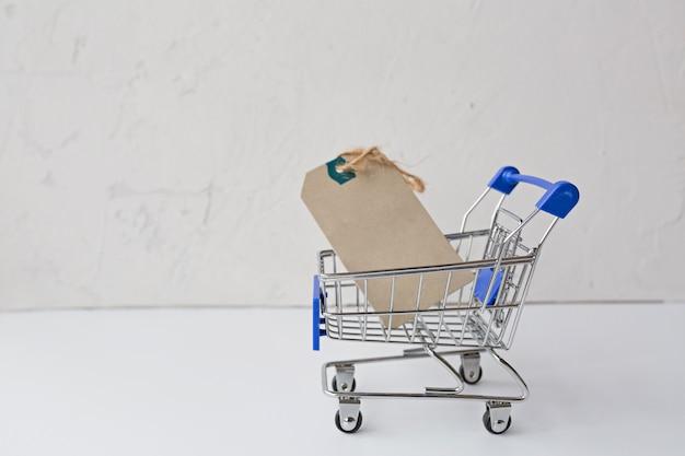Carrito de supermercado con etiqueta en gris