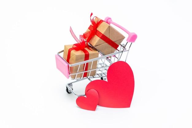 Carrito de supermercado pequeño con cajas de regalo. regala con amor el día de san valentín